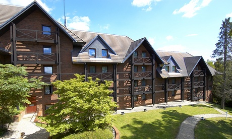 Hampshire: Queen Guest Roomfor Two with Breakfast and Bottle of Wine at the 4* DoubleTree Hilton Southampton